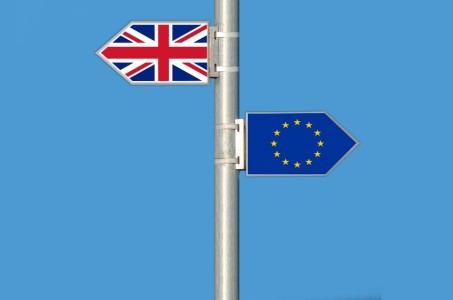 A Union Jack and a European Union flag in the shape of arrows, pointing in different directions
